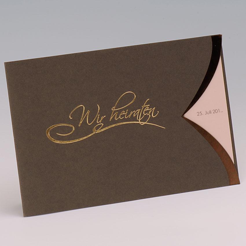 Dunkelbraune hochzeitskarte mit goldenem schriftzug wir heiraten
