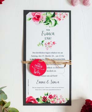 Romantische Einladungskarte mit Blumenaquarell, Anhänger und Naturband