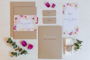 Einladungskarten-Serie mit Blumen in zartem rosa mit magentafarbenem Satinbändchen
