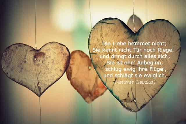 Transparente Herzen im Gegenlicht mit Liebesgedicht