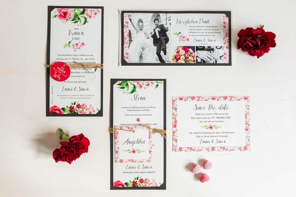 Romantische Hochzeitskarten Serie mit roten Blüten auf weiß, eingesteckt in schwarzen Fotokarton