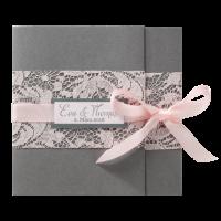 Edle Einladungskarte in anthrazit mit rosa Spitzenband und stilvollem rosa Satinband