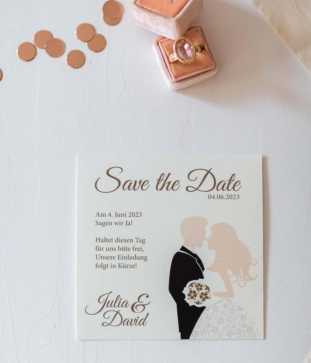 Save the Date Karte aus der Serie Braut, Bräutigam mit Brautstrauß