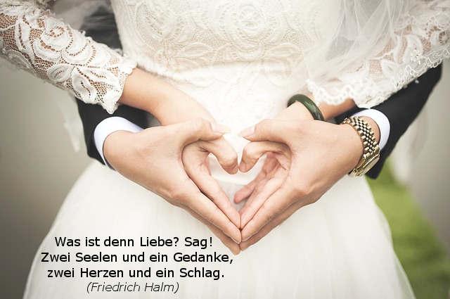 Brautpaar mit Händen zu Herzen geformt und Liebesgedicht