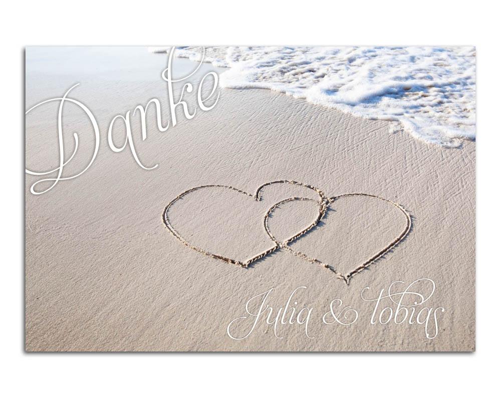 Maritime Dankekarte mit Herzen im Sandstrand am Meer