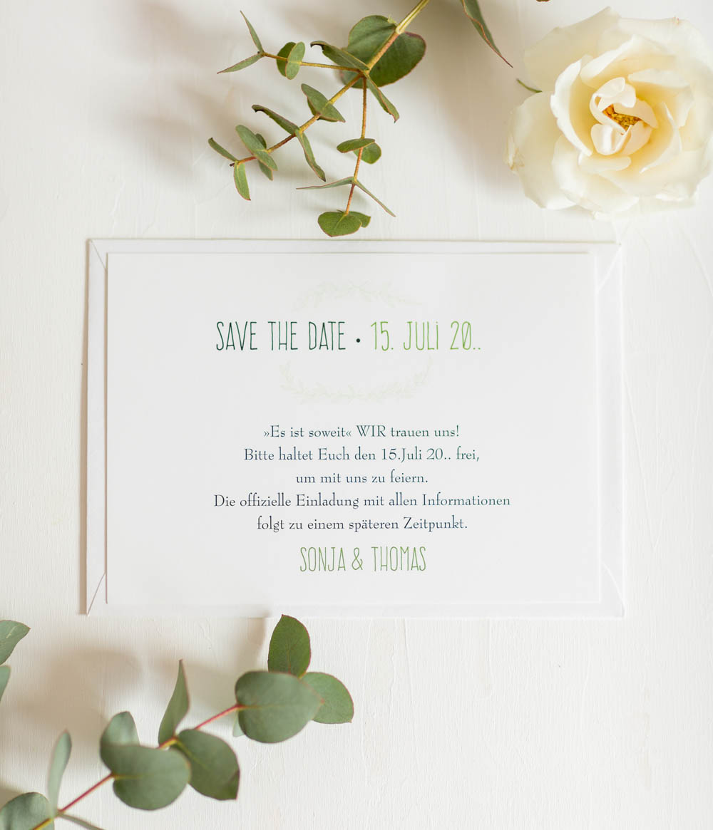 Romantische Save the Date Karte in weiß mit floraler Ornamentverzierung