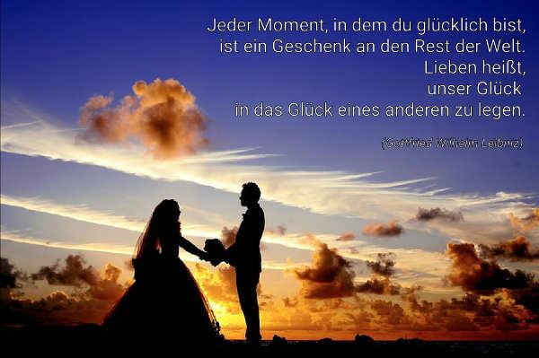 Hochzeitspaar im Sonnenuntergang mit Liebesgedicht