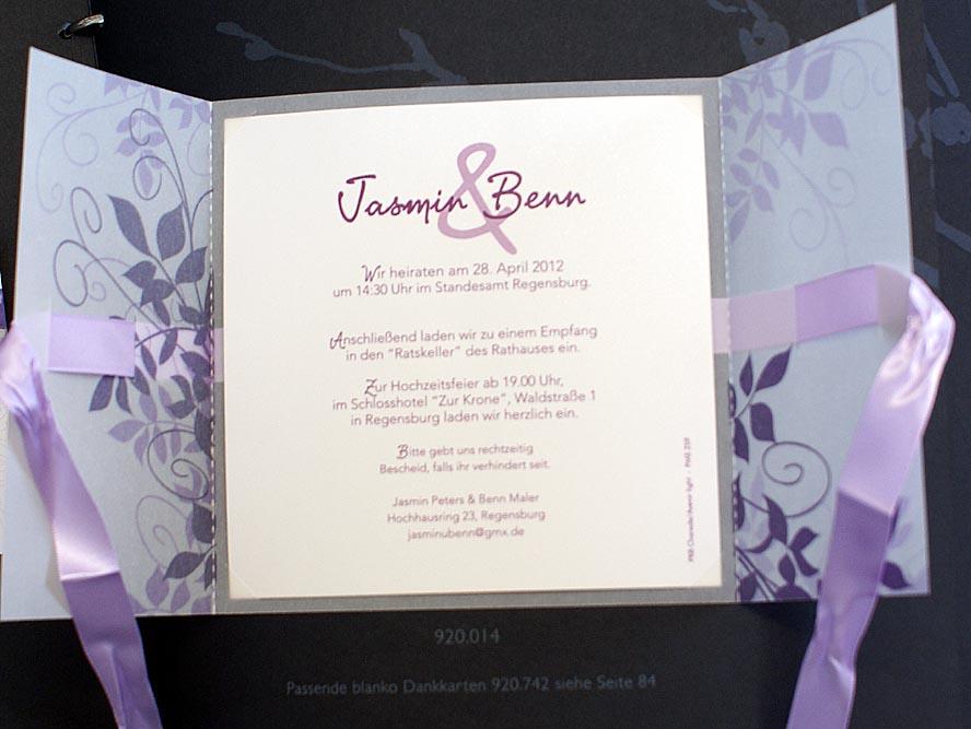einladungskarte mit violetten ranken und flieder satinband